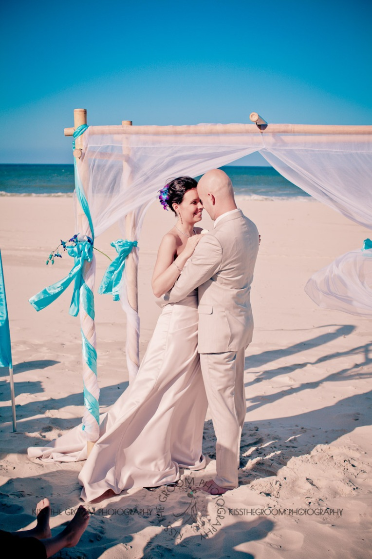 currumbin vikings beach wedding tatiana raylander kiss the groom gold coast wedding photographer-0280