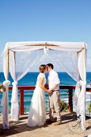 pat-fagan-park-kirra-beach-wedding-kiss-the-groom-photography-0517